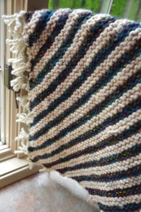This baby blanket makes the best quick handmade gift for the little one in your life! This striped baby blanket knitting pattern is totally free and super easy, even for beginners!